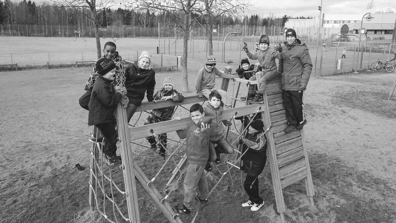 Icehearts-joukkue koulun pihalla kiipeilytelineessä